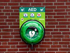 Alle PLUS supermarkten stellen AED 24/7 beschikbaar aan buurtbewoners